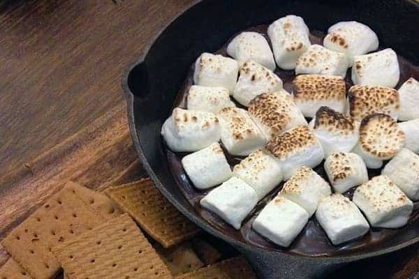 Graham-Crackers-and-Marshmallows-in-a-Skillet