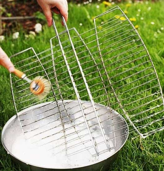 Cleaning-Stainless-Steel-Grates